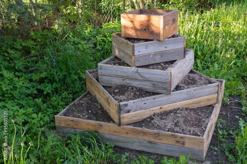 Rustikales Hochbeet Aus Baumstammen Stockfotos Und Lizenzfreie