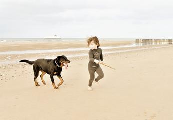 enfant courant avec son chien