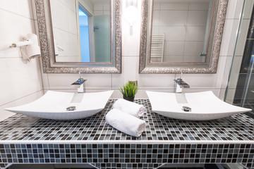 Edler Doppelwaschtisch Mit Zwei Spiegeln Frontalansicht