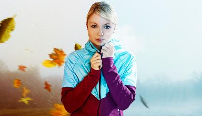 junge frau schützt sich vor Wetterumschwung mit funktions bekleidung