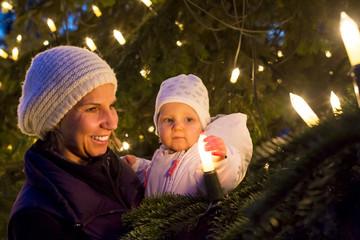 Mutter und Kind auf dem Weihnachtsmarkt