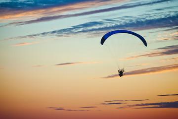 парашютист в небе на закате