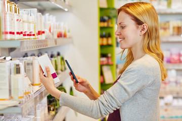 Frau scannt Barcode von Produkt im Supermarkt