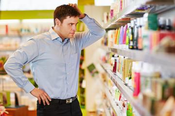 Mann will nachhaltig einkaufen in Drogerie
