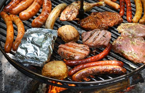 grillen auf schwenkgrill grill mit verschiedenen fleischwaren schwenken saarland fotos de. Black Bedroom Furniture Sets. Home Design Ideas