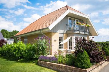 modernes Einfamilienhaus in Wohnsiedlung