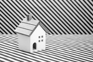 家の模型,ストライプの背景 白黒