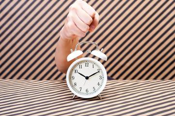 目覚まし時計を壊す手