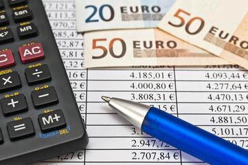 Taschenrechner, Geld und Kugelschreiber