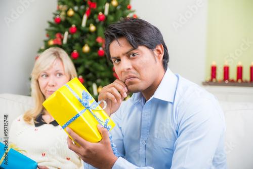 entt uschter ehemann mit seinem weihnachtsgeschenk stok g rseller ve telifsiz g rseller. Black Bedroom Furniture Sets. Home Design Ideas