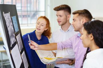 kreatives team bei der arbeit an einem projekt