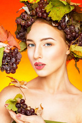 Женщина с виноградом