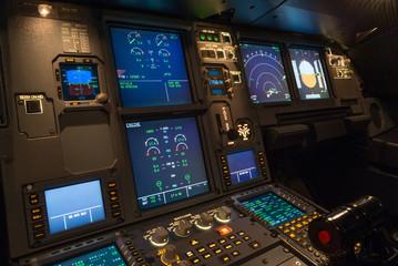 Verkehrsflugzeug, Cockpit, beleuchtet