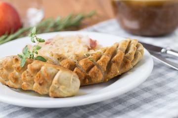 Bratwürste mit Sauerkraut auf Teller