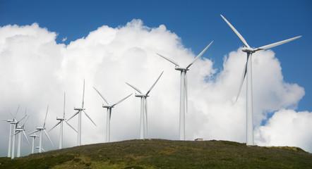 Onshore Windpark auf Hügelkette