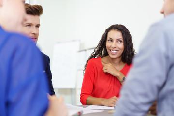 junge geschäftsleute besprechen sich im büro