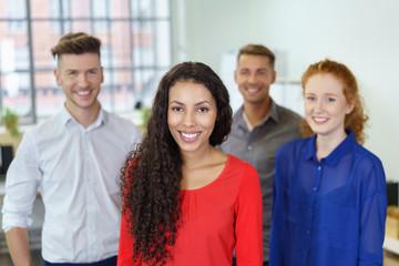 lächelnde junge geschäftsleute am arbeitsplatz
