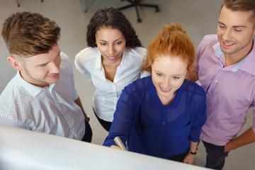 studenten in einem seminar arbeiten am flipchart