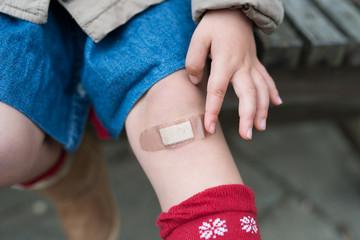 絆創膏を貼った子供の膝