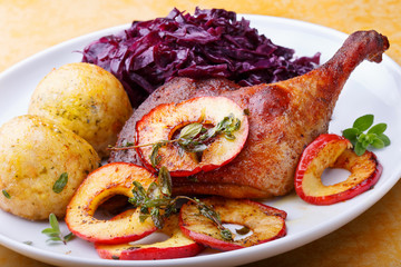 Gebratene Entenkeule mit Rotkohl, Knödel und in Butter gedünsten Apfelscheiben mit MajoranApfelscheiben mit Majoran