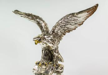 srebrny posąg orła na białym tle