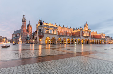 Poster Cracovie Main Market Square in Krakow, Poland, with famous Sukiennice (Cloth hall) and Town Hall tower in morning