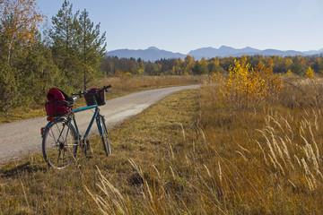 Isarauen-Radweg bei Lenggries, idyllische Herbstlandschaft
