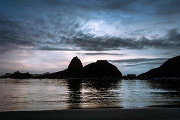 Fotomurales - Botafogo Beach and Sugarloaf Mountain by Sunrise in Rio de Janeiro