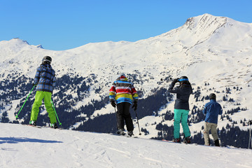 vier Skifahrer vor der Abfahrt