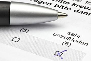 Fragebogen mit Kreuz bei 'sehr unzufrieden'