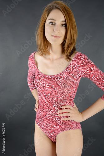 720b4efbd614 Frau ist schlank und trägt Body