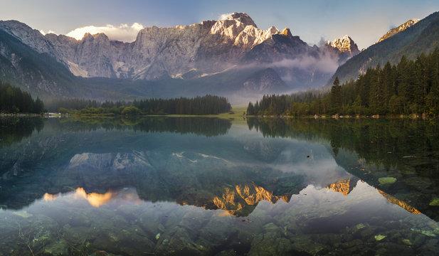 panorama alpejskiego jeziora