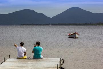 Olhando o lago.