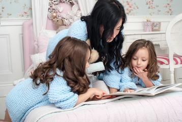 Мама со своей дочкой в кровати