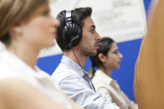 Tre studenti durante una lezione di ascolto