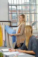 zwei frauen arbeiten in einem atelier für modedesign