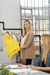 zwei designerinnen unterhalten sich im büro