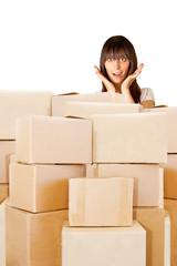 Frau hinter einem Berg von Paketen