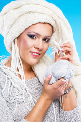 Молодая женщина в зимнем образе