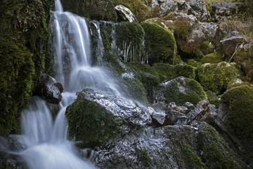 Falling mountain stream, kleiner Wasserfall