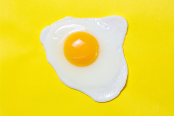 Poster Gebakken Eieren Fried egg on a yellow background