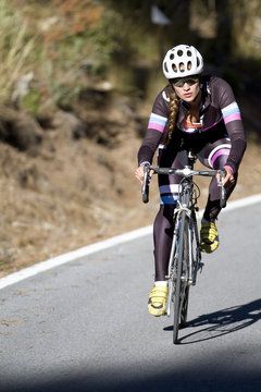 Triatleta profesional en un descenso con bicicleta