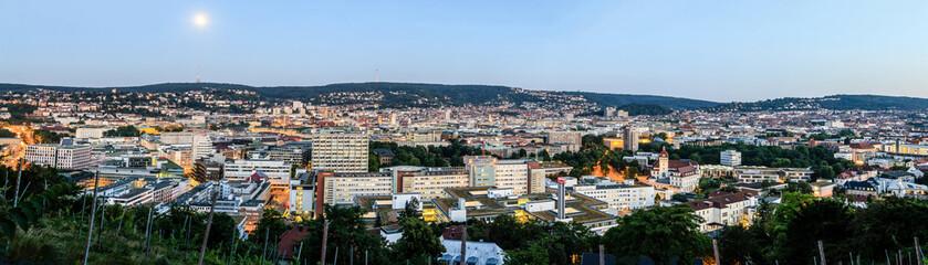 Stuttgart (Deutschland) Panorama kurz nach Sonnenuntergang mit Vollmond