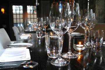 Canvas Prints Grocery sfeervol gedekte tafel met wijnglazen, borden en bestek in een restaurant
