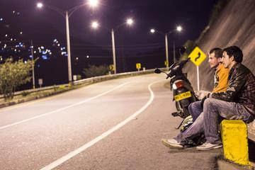 hombres Al lado de la Vía en la Noche