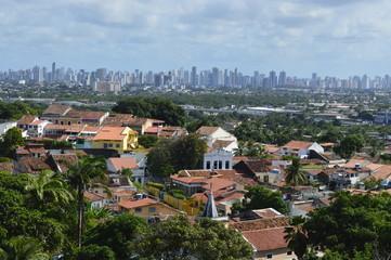 Cidade de Olinda com prédios de Recife ao fundo