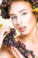 Молодая женщина с виноградом