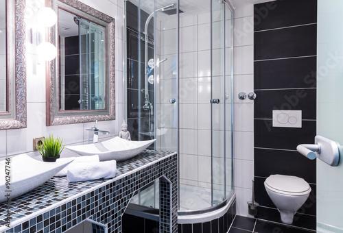Komplettes Badezimmer mit Dusche, WC und Waschbecken\