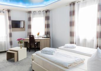 Doppelzimmer Doppelbett mit Schreibtisch und TV