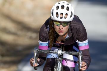 Mujer ciclista profesional durante unos entrenamientos con su bicicleta de triatlón